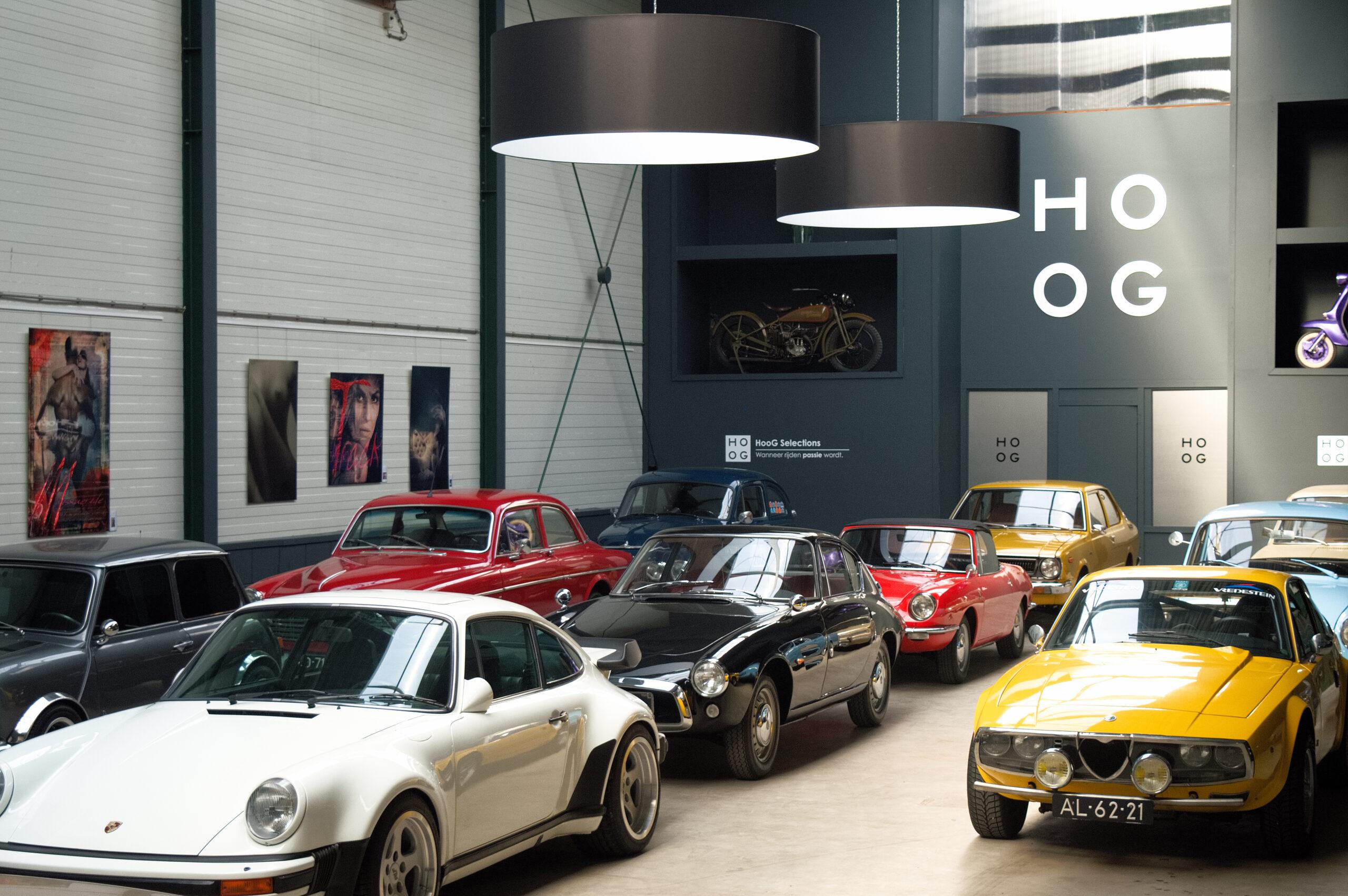 oldtimers op een rij in de hoog selections showroom